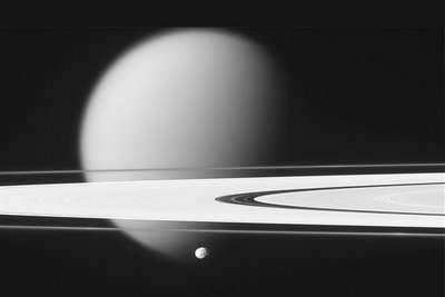 Epimetheus, Titan en Saturnus' ringen