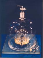 Het prototype van de kilogram in een driedubbele glazen stolp