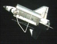 Discovery los van het ISS