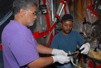 Technici werken aan een brandstofsensor van de Atlantis
