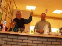 Herman (de penningmeester, van die contributies ja) en Frenkie achter de bar. Proost!