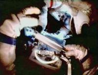 De kosmonauten verdwijderen het foutieve explosief