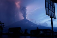 Bliksemontladingen in de uitgestoten wolken van de Merapi