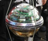 Een IceCibe-sensor, die in het ijs van de Zuidpool begraven ligt