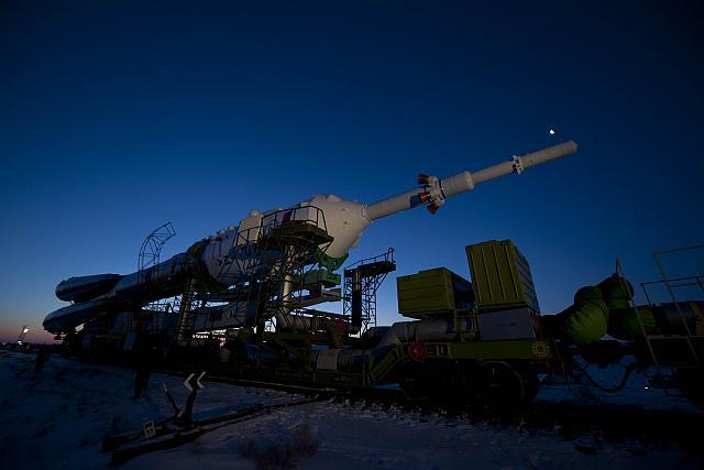 De Sojoez TMA-03M capsule met boosterraket wordt naar de lanceerplek gereden