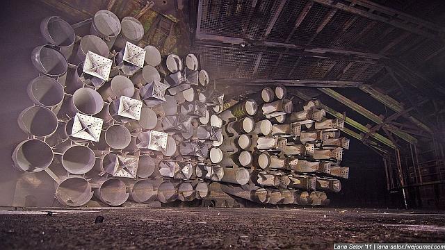 Een silo vol met raketonderdelen. Raketbuizen of zo? Lana Sator