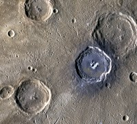 Oppervlak Mercurius is donker door grafiet van inslagen