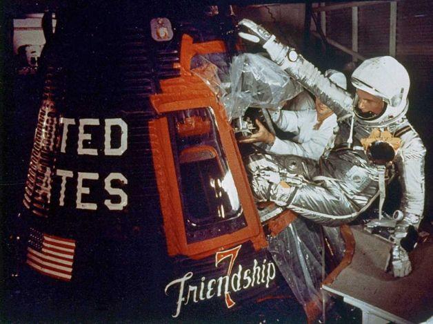 John Glenn stapt in z'n Friendship 7 capsule