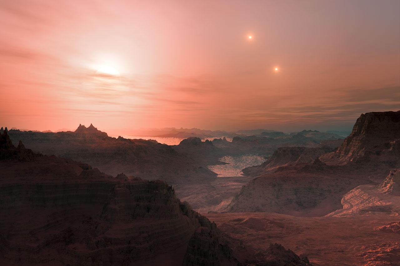 Deze artist's impression toont een zonsondergang, zoals gezien vanaf de superaarde Gliese 667 Cc. De helderste ster aan de hemel is de rode dwerg Gliese 667 C, die deel uitmaakt van een drievoudig stersysteem. Ook de beide andere sterren, Gliese 667 A en B, die verder weg staan, zijn aan de hemel te zien. Astronomen schatten dat er alleen al in onze Melkweg tientallen miljarden van zulke rotsachtige werelden om rode dwergsterren cirkelen.