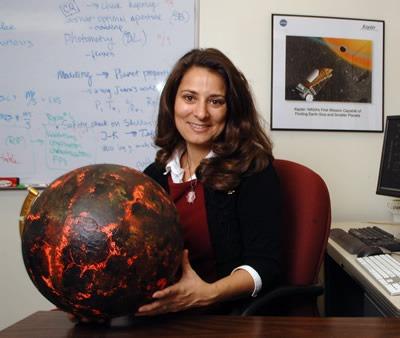 Natalie Batalha, met een model van de bevestigde exoplaneet Kepler-10b