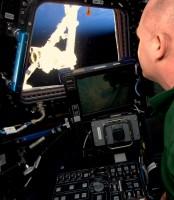 André Kuipers oefent met de Canadarm2