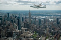 Is 't geen plaatje: Space Shuttle Enterprise boven New York City