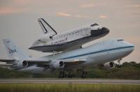 Space Shuttle Endeavour op 747 onderweg van KSC naar Los Angeles