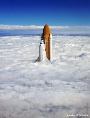 Space shuttle door de wolken (Copyright: Richard Silvera)