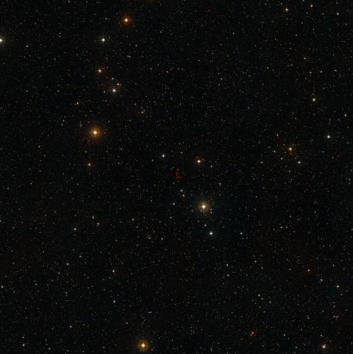 Deze hemelopname toont de omgeving van een zeer zeldzame samenstand van een quasar en een sterrenstelsel in het zuidelijke sterrenbeeld Toekan. De quasar en het stelsel zijn op deze foto, gemaakt met een relatief kleine telescoop, niet te zien, maar hun positie is aangegeven. Deze foto is gebaseerd op opnamen van de Digitized Sky Survey 2.