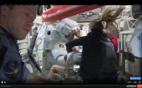 Luca Parmitano wordt in het ISS snel uit zijn ruimtepak geholpen