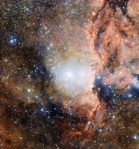 Deze foto, gemaakt met OmegaCAM van de VLT Survey Telescope van de Paranal-sterrenwacht, toont een deel van de Ara OB1-associatie. In het midden staat de jonge open sterrenhoop NGC 6193, en rechts daarvan de emissienevel NGC 6188, die wordt aangelicht door de ioniserende straling van de helderste sterren in de omgeving. Credit: ESO