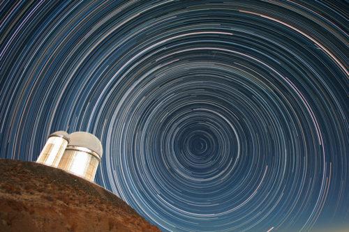 Sterrensporen boven de 3.6-meter ESO telescoop, die HARPS, the High Accuracy Radial velocity Planet Searcher huisvest. Deze telescoop heeft veel van de exoplaneet-ontdekkingen op zijn naam staan. Credit: ESO/A.Santerne