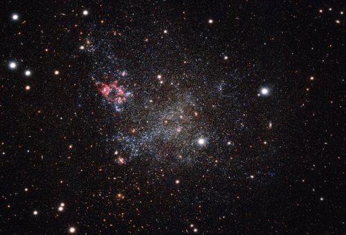Deze foto, gemaakt met de OmegaCAM-camera van ESO</p><div id='jp-relatedposts' class='jp-relatedposts' ><h3 class=