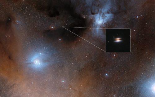 De protoplanetaire schijf 'Vliegende Schotel' rond de ster 2MASS J16281370-2431391