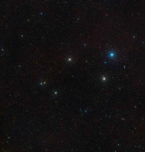 De hemel rond het actieve stelsel Markarian 1018