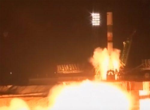 De Progress 65 bij de lancerinng. Zes minuten later explodeerde de derde trap van de draagraket.