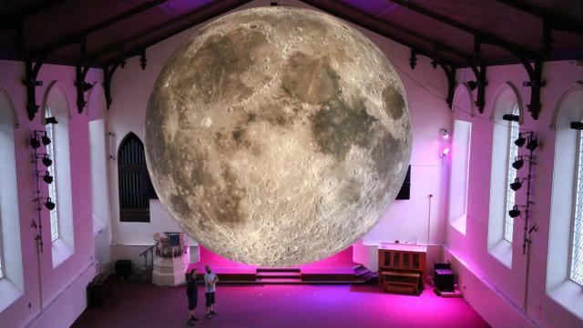 In februari komt de Maan boven Rotterdam te hangen