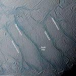 """Oceaan op Enceladus bevindt zich wellicht """"vlak onder"""" het oppervlak"""