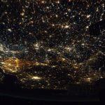 De lage landen vanuit het ISS te zien als zee van licht